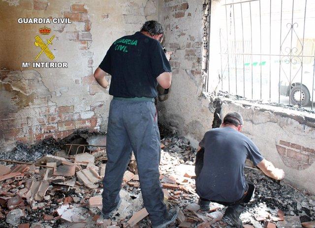 Agentes de la Guardia Civil realizando la investigación del incendio