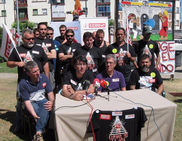 Felipe López, en el centro de la mesa, comparece junto a trabajadores de Albitré