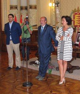 León de la Riva (centro), en el acto que celebraba hoy
