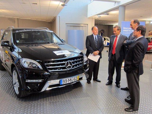 Autoridades viendo uno de los participantes en la 'Mercedes-Benz 4MATIC