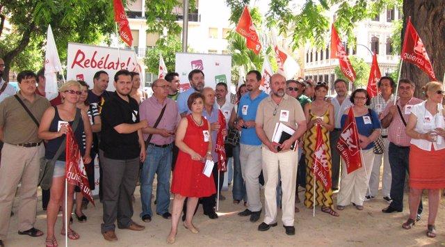 Treintena de cargos públicos de IU-Verdes protesta contra los recortes