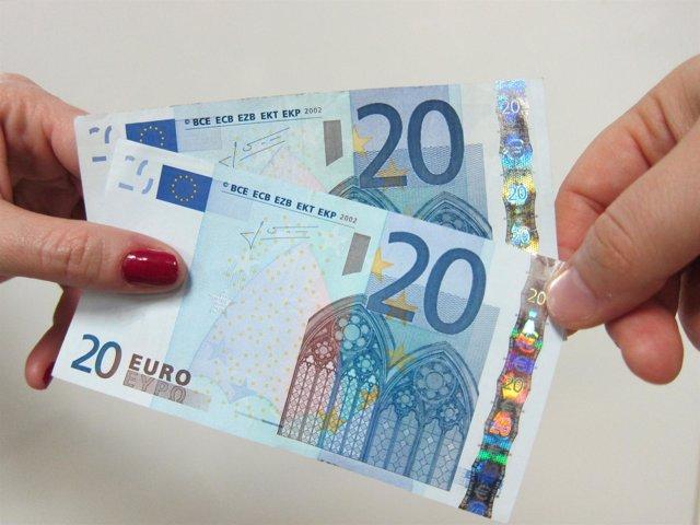 Mujer con billetes de 20 euros