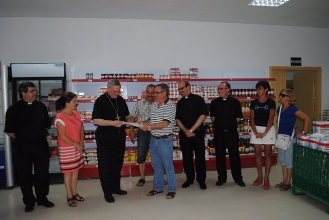 El obispo José Manuel Lorca Planes visita el Economato Mambré en Lorca