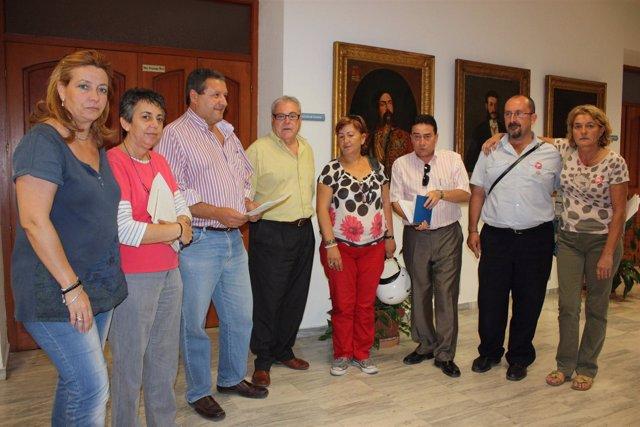 Los concejales de IU y PSOE con sindicalistas de UGT y CCOO