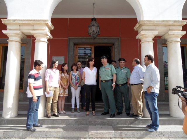 La alcaldesa y el general (centro) a las puertas del Ayuntamiento de Priego