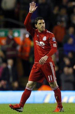 Maxi Rodríguez se despide de la grada del Liverpool