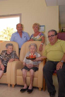 Eulalia Andreu junto a familiares y amigos