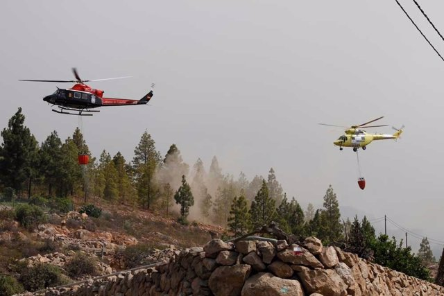 Helicópteros actuando en el incendio de Tenerife