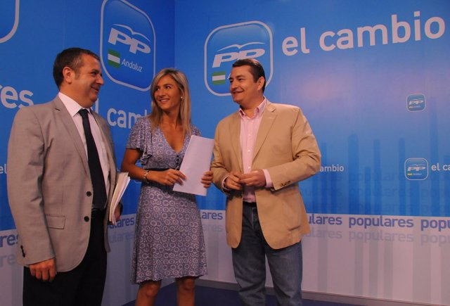 En el centro de la imagen, la parlamentaria andaluza del PP  Patricia Del Pozo