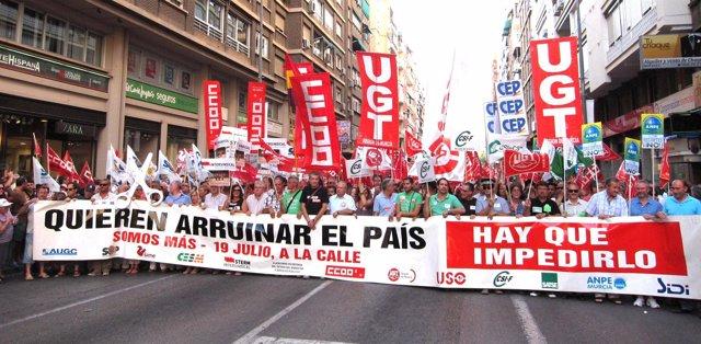 Miles de personas salen a la calle en protesta por los recortes de Rajoy