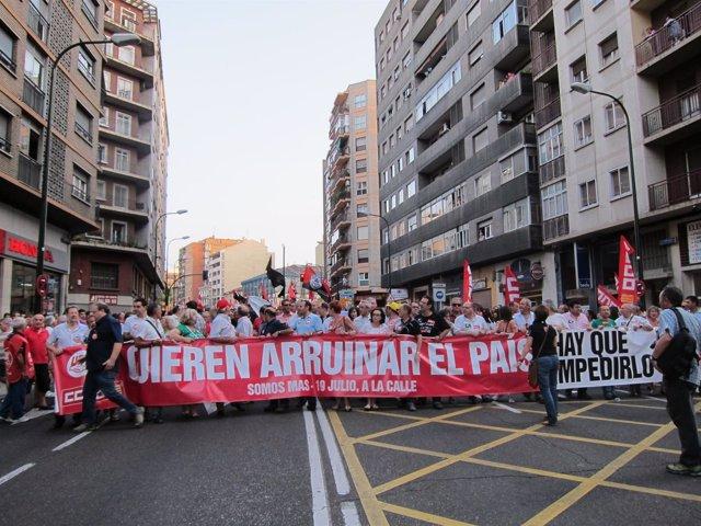 Miles de personas se manifiestan contra los ajustes del Gobierno central.