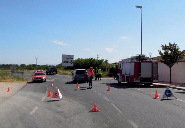 Agentes de la Policía Foral tras el accidente en Monteagudo.