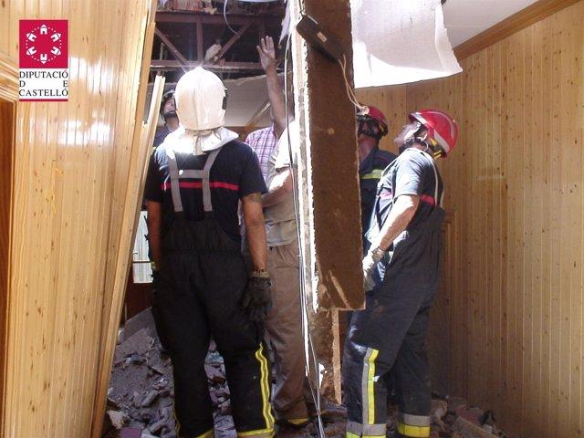 Bomberos En El Derrumbe De Una Casa En La Vall D'uixó.