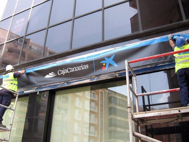 Cambio del nuevo rótulo CajaCanarias 'la Caixa'