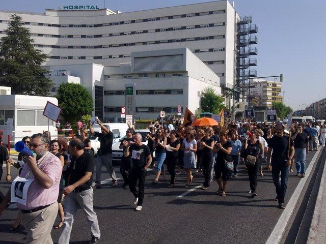 Sanitarios del Hospital Macarena y funcionarios del Parlamento durante la marcha