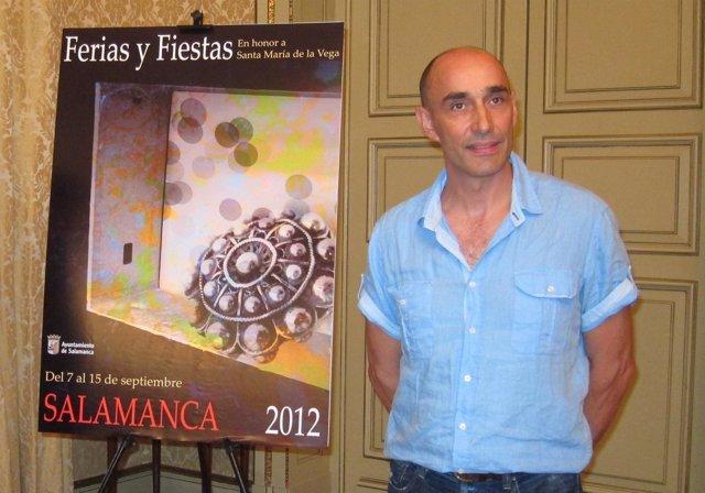 Florencio Maíllo junto al cartel anunciador de las fiestas de Salamanca