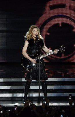 Madonna, guitarra en mano durante un concierto en Israel