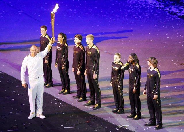 Siete portadores compartieron el último relevo de la antorcha olímpica