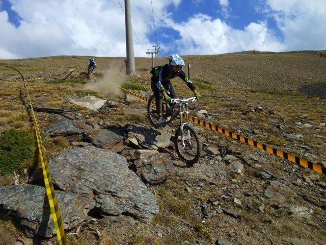 Corredores del Bull Bikes prueban el circuito de Montebajo