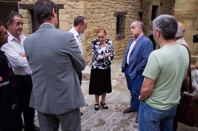 El consejero Esparza y el director de la ANE conversan con la alcaldesa de Ujué.