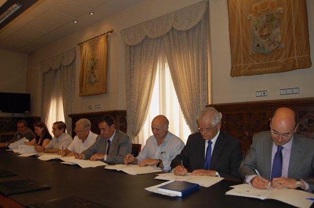 Antonio Pardo firma el convenio con las oficinas de turismo de Soria