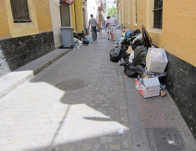 Quinta jornada de huelga de basura en Cádiz