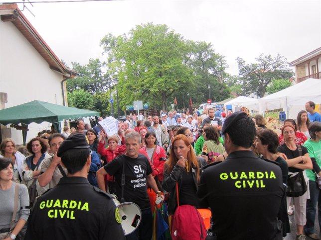 Empleados públicos de Torrelavega protestan el Día de las Instituciones