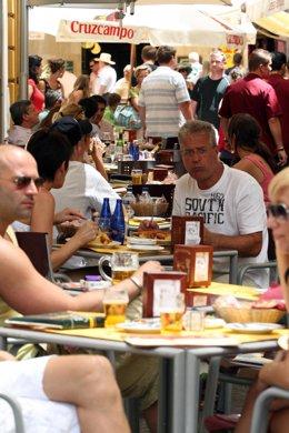 Turistas de tapeo en Sevilla