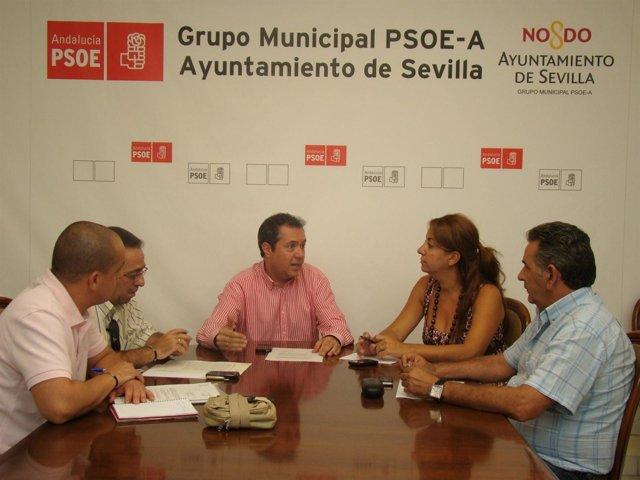 Juan Espadas y Encarnación Martínez con representantes de UGT en Lipasam