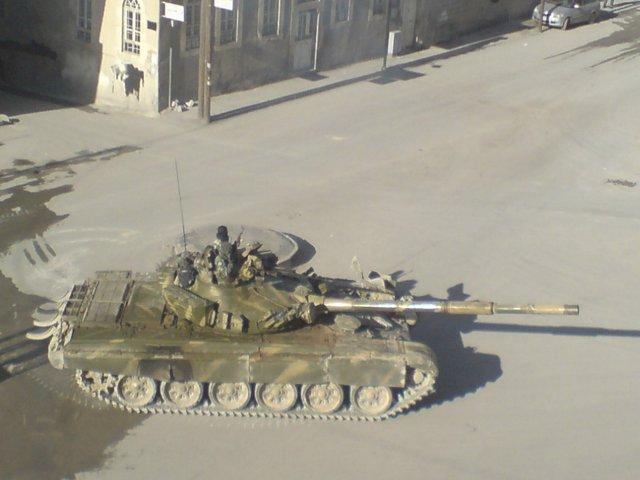 Tanque del ejército sirio en busca de rebeldes en Damasco