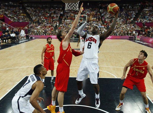 Pau Gasol ante Kobe Bryant en la final olímpica