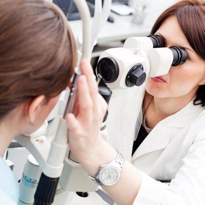 Oftalmólogos aconsejan tener estabilizada durante un año la graduación de la vista para someterse a una cirugía láser