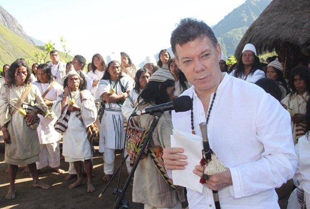 Juan Manuel Santos con indígenas.