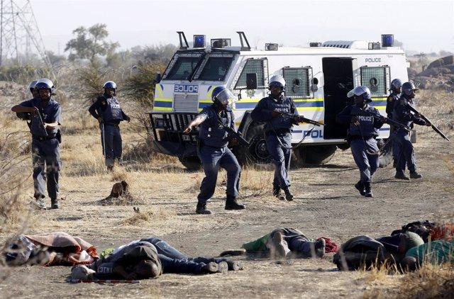 Policías sudafricanos disparan contra mineros en huelga