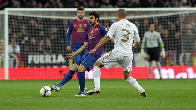 Piqué Observa Una Acción Entre Cesc Y Pepe En El Madrid-Barça