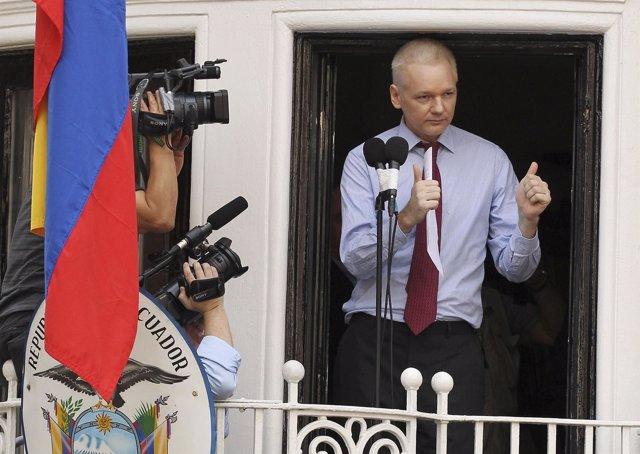 Julian Assange en el balcón de la embajada de Ecuador en Londres