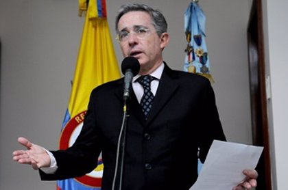 """Uribe confiesa que es """"frustrante"""" que su exjefe de seguridad haya colaborado con los paramilitares"""