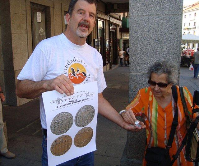 Glenn Murray muestra las monedas