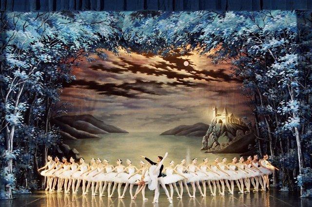 El Ballet de San Petersburgo interpreta El Lago de Los Cisnes