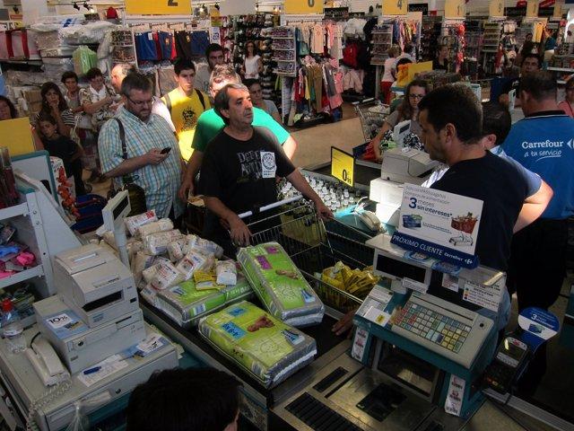Cañada hablando con los responsables del centro comercial