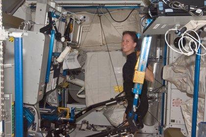 Levantar pesas y comer equilibrado mantiene la densidad ósea de los astronautas