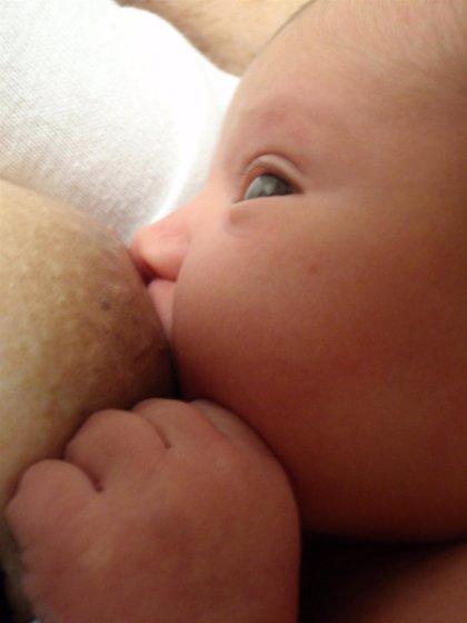 La leche materna promueve un mejor crecimiento de la flora intestinal