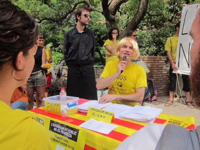 Profesores interinos realizan una 'performance' contra Irene Rigau