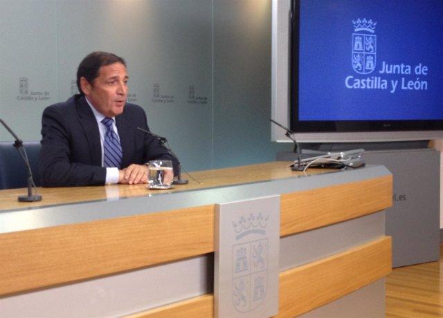El consejero de Sanidad, Antonio María Sáez Aguado, atiende a los medios