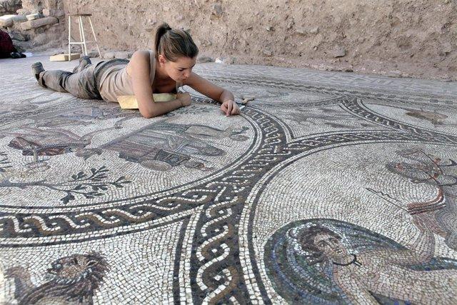 Una Experta Trabaja En El Mosaico Del Alto Imperio Romano Aparecido En Cástulo.