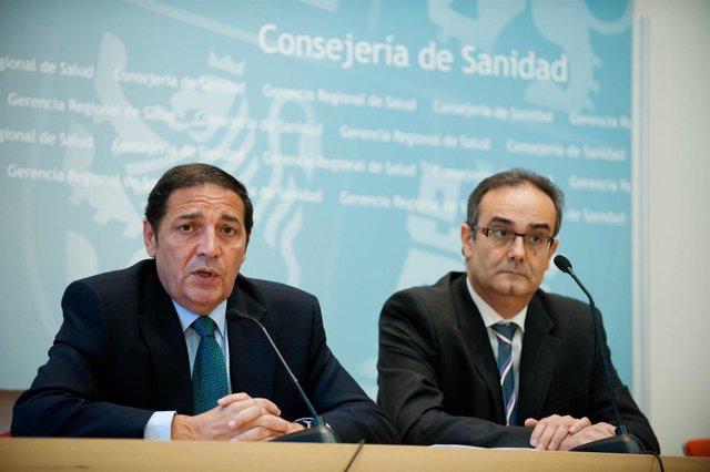 Antonio Maria Saez Aguado (izq) informa de la atención a inmigrantes.