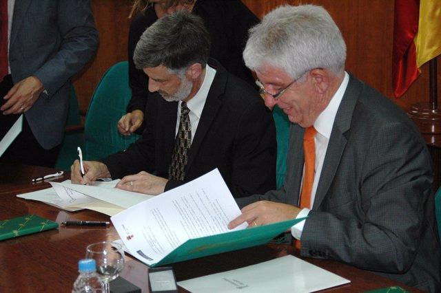 Firma del convenio entre la ULE y las universidades de Washington y Bellevue