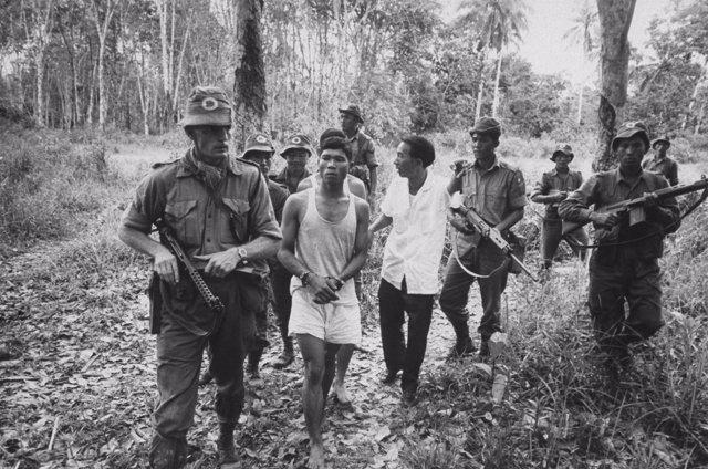 Tropas británicas trasladan a insurgentes malayos