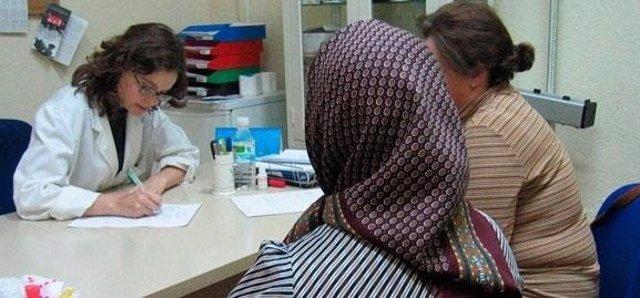 Médico Atiende En Consulta A Una Inmigrante