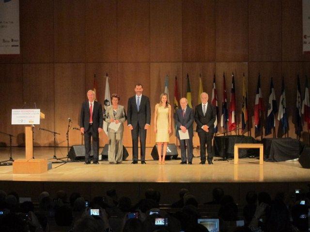 Los premiados junto a los Príncipes de Asturias y los promotores del Premio